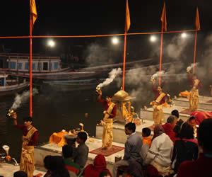 aarti_puja_at_Varanasi,